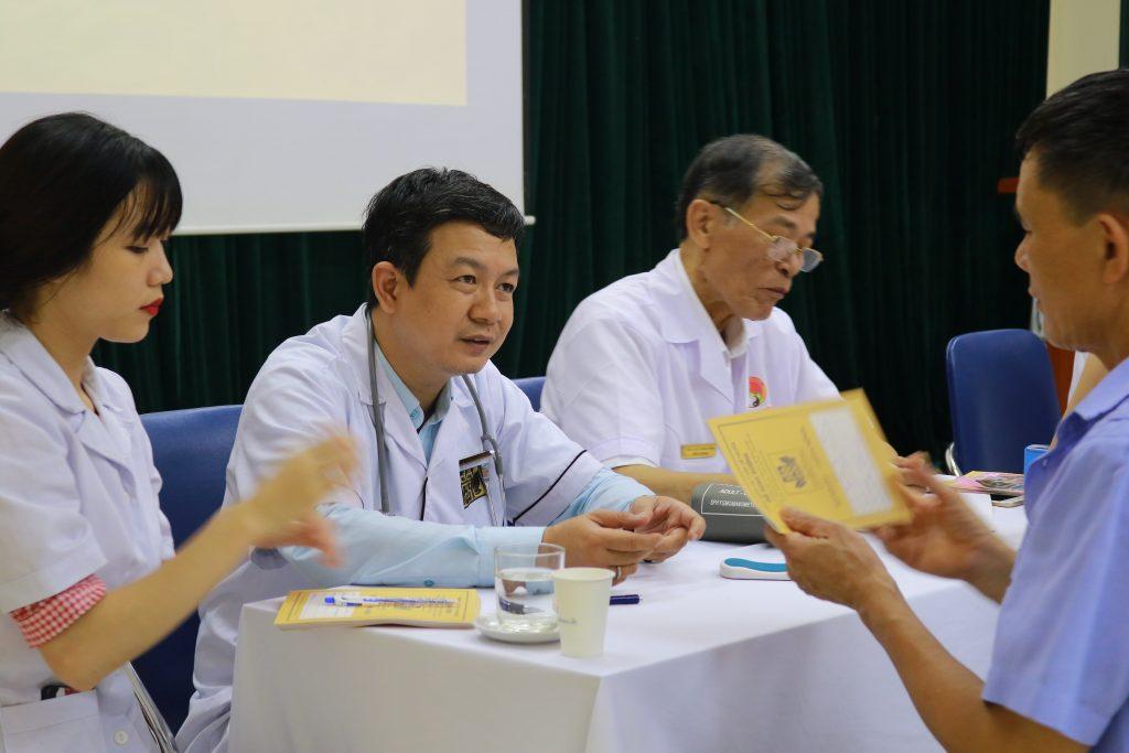 Đỗ Minh Đường khám bệnh miễn phí cho thành viên hội âm nhạc