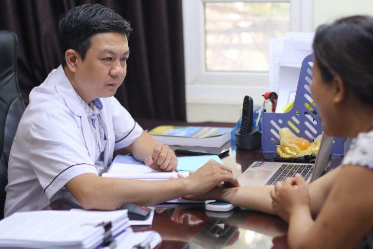 Lương y Đỗ Minh Tuấn khám bệnh