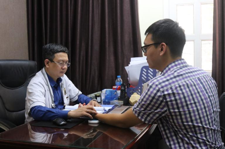 Lương y Đỗ Minh Tuấn chẩn bệnh bắt mạch