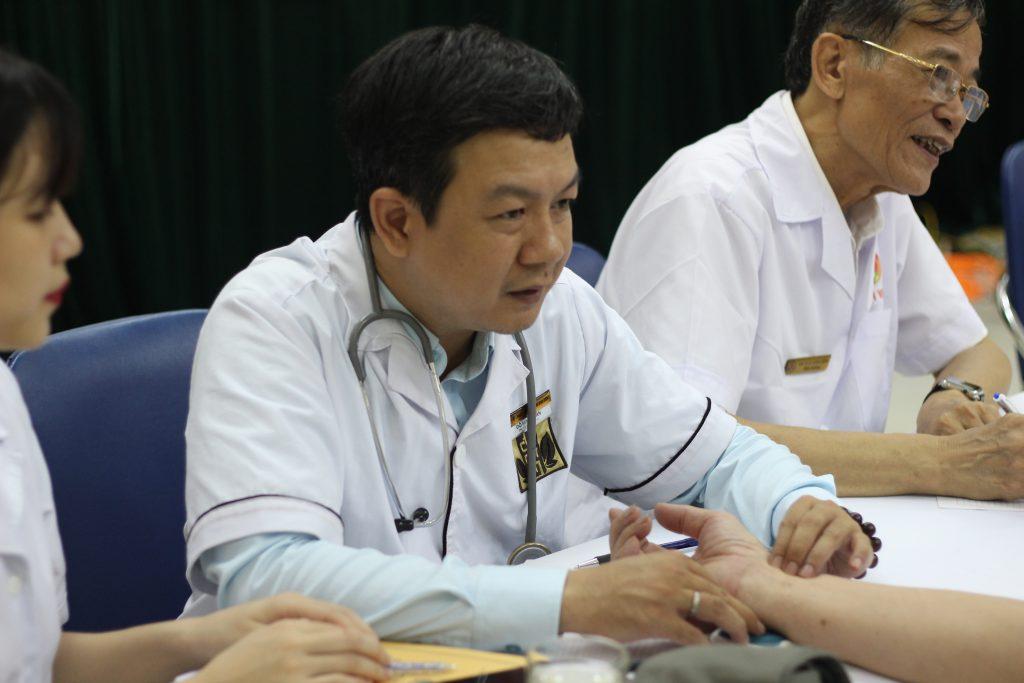 Lương y Đỗ Minh Tuấn khám bệnh trong chương trình khám bệnh miễn phí cho hội viên hội âm nhạc