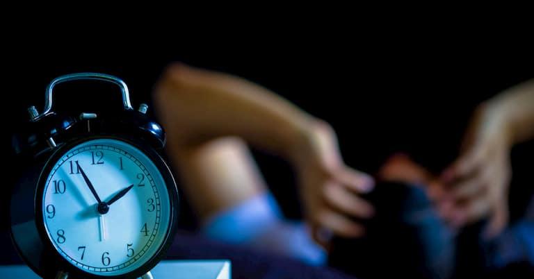 Trước khi ngủ không nên sử dụng điện thoại