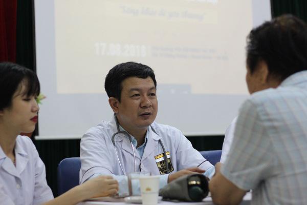 Lương y Đỗ Minh Tuấn thăm hỏi bệnh nhân