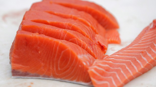 Người bị bệnh xương khớp nên ăn nhiều cá hồi