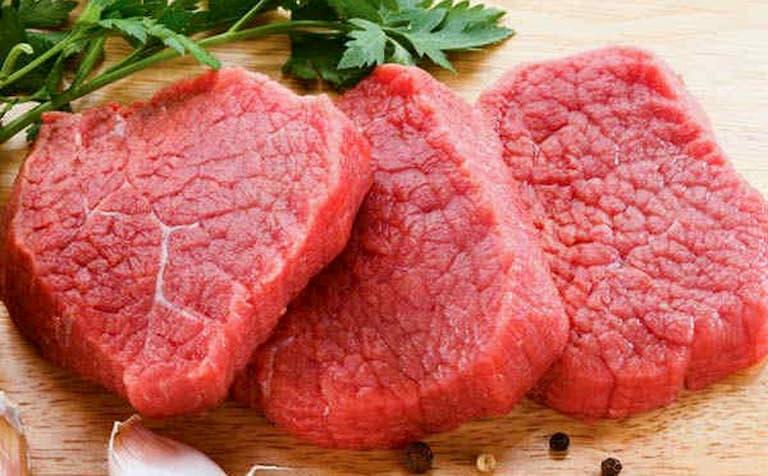 Thịt đỏ là loại thực phẩm người bệnh xương khớp nên kiêng ăn