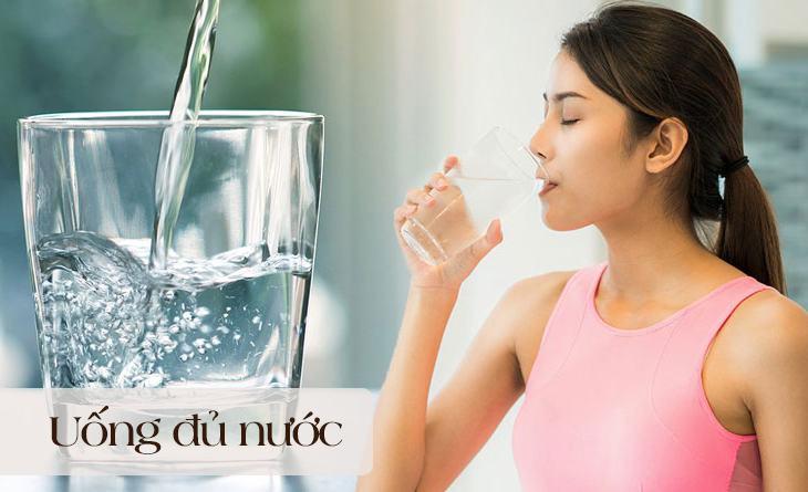 Người bệnh chú ý uống đủ nước mỗi ngày
