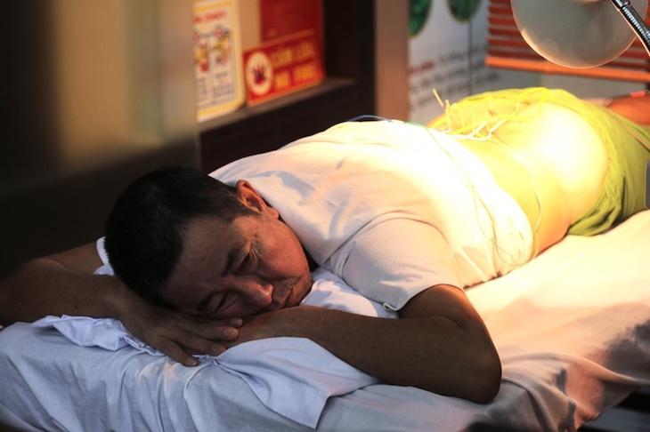 Bệnh nhân châm cứu bấm huyệt tại nhà thuốc Đỗ Minh Đường trị thoái hóa