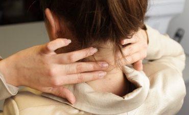 Thoát vị đĩa đệm ở cổ có thể do nhiều nguyên nhân như ngồi, nằm sai tư thế, xoay cổ sai cách,...