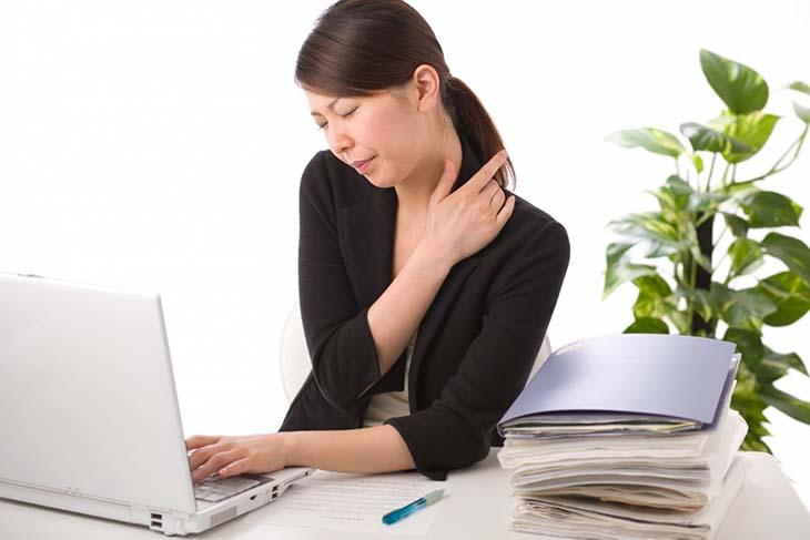 Đau nhức, cứng cơ, khó vận động... là những dấu hiệu cơ bản của bệnh