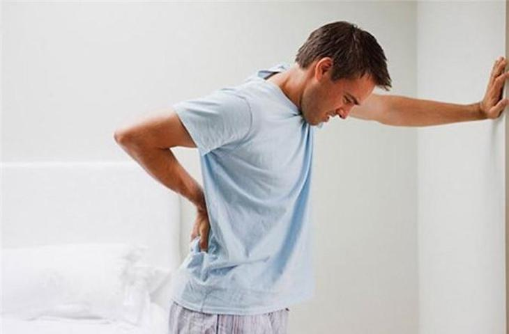 Thoát vị đĩa đệm chèn dây thần kinh có thể gây biến chứng tiểu không tự chủ