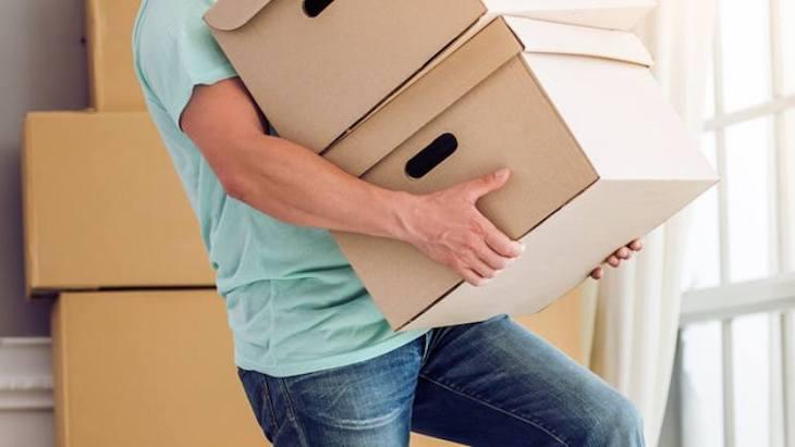Bê vác vật nặng hay sinh hoạt sai tư thế ảnh hưởng đến cột sống