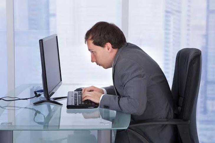 Ngồi và sinh hoạt sai tư thế là một trong số những nguyên nhân gây bệnh