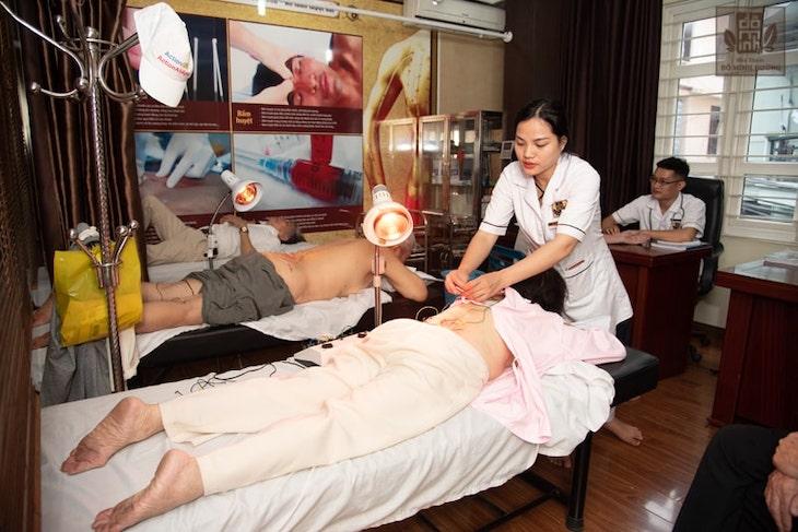 Vật lý trị liệu được kết hợp với bài thuốc điều trị chuyên sâu tại Đỗ Minh Đường