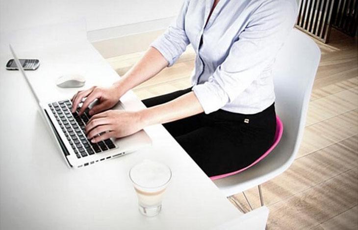 Điều chỉnh tư thế làm việc, sinh hoạt để ngăn ngừa quá trình thoái hóa xảy ra sớm