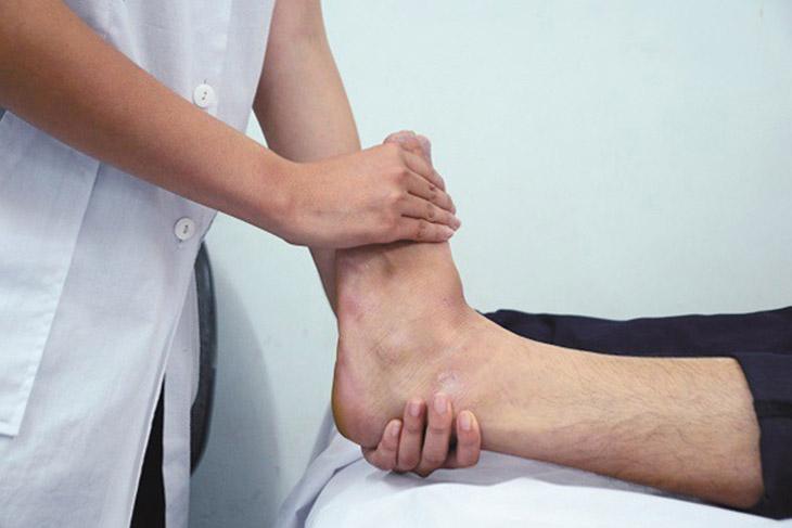 Vận động trị liệu sẽ giúp người bệnh giảm đau và cử động dễ dàng hơn