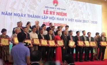 """Lương y Đỗ Minh Tuấn nhận giải thưởng """"Thầy thuốc nam tiêu biểu"""""""
