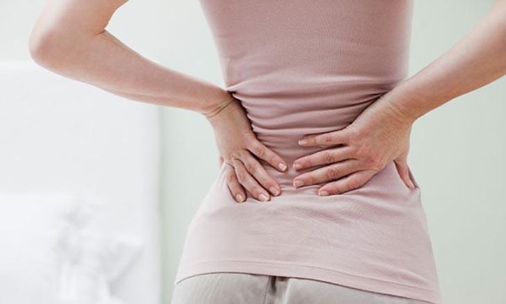 Triệu chứng điển hình của bệnh là đau ở vùng thắt lưng và hông