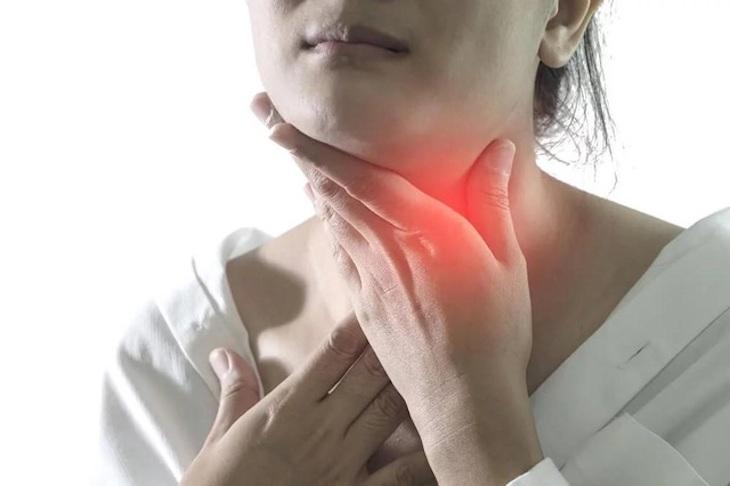Bệnh nhân thường xuất hiện biểu hiện đau rát họng, vướng víu cổ, ho,...