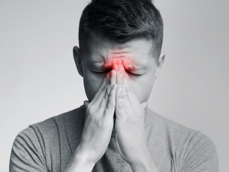 Những cơn đau nhức tại xoang là một trong số những dấu hiệu điển hình của bệnh