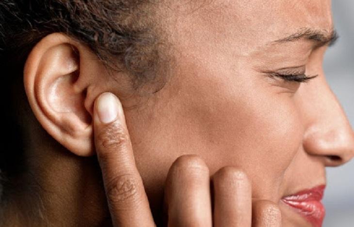 Tình trạng đau vành tai ngoài có khả năng lớn là triệu chứng của bệnh viêm tai