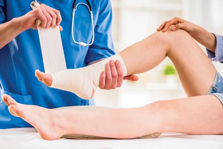 Băng bó cố định có thể là giải pháp tốt để cải thiện chấn thương dẫn đến sưng đau mu bàn chân
