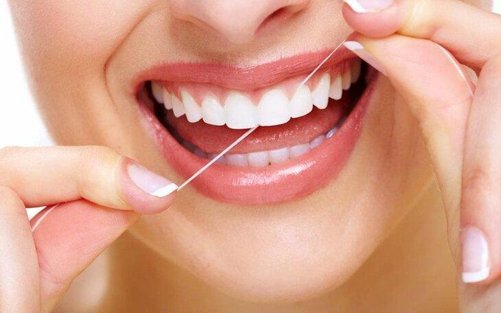 Tập thói quen dùng chỉ nha khoa thay tăm để loại bỏ nhẹ nhàng thức ăn giữa các kẽ răng