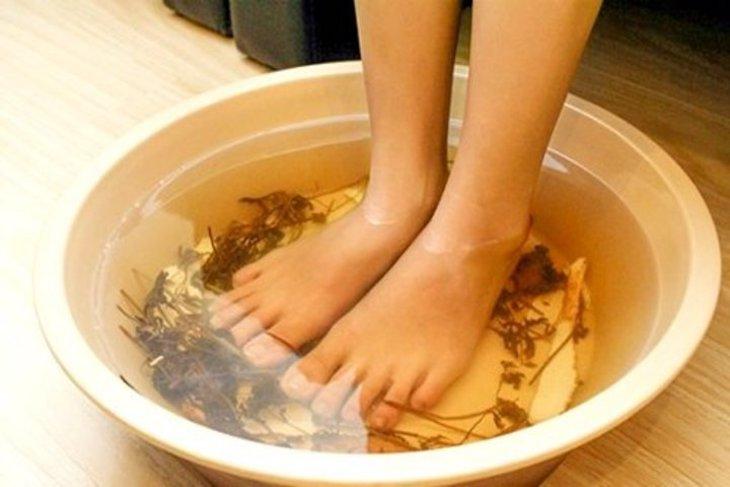 Ngâm chân là một biện pháp giúp giảm đau mu bàn chân tại nhà