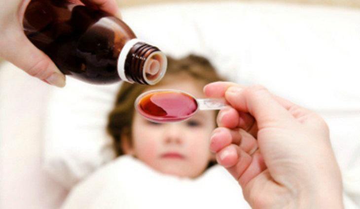 Hạ sốt kịp thời cho trẻ là lưu ý đầu tiên các bậc phụ huynh cần lưu ý