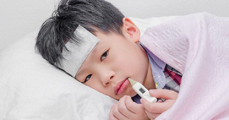 Trẻ sốt viêm họng kéo dài cảnh báo nguy hiểm