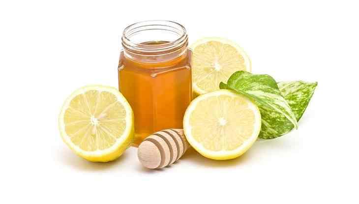 Dùng chanh và mật ong để chữa trị tại nhà được nhiều người áp dụng