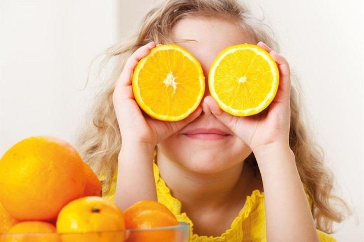 Trẻ nhỏ cần bổ sung nước cam khoảng 100ml mỗi ngày