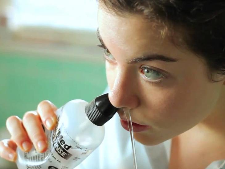 Dùng nước muối sinh lý để rửa mũi hàng ngày giúp đào thải dị nguyên gây bệnh