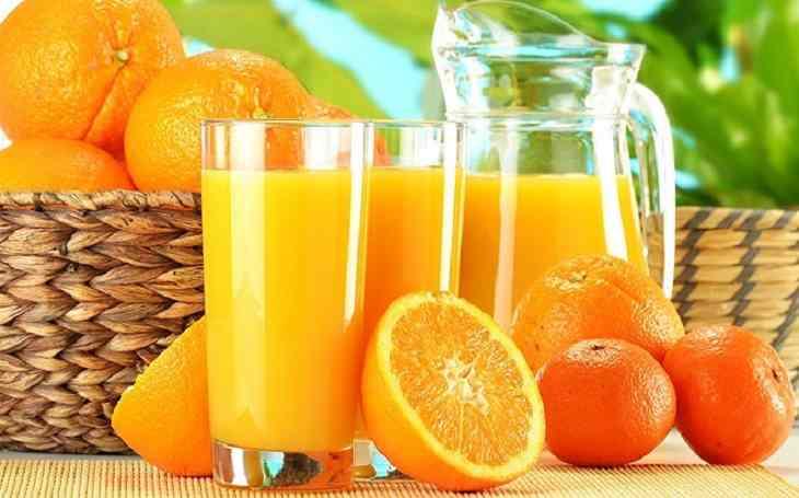 Uống nước cam cũng là cách để cải thiện các triệu chứng của bệnh