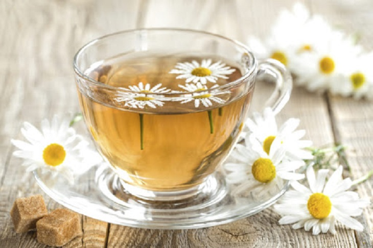 Uống trà hoa cúc là một trong những cách giúp cải thiện tình trạng đau họng mẹ bầu đang gặp phải