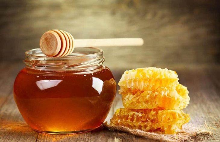 Trong mật ong chứa nhiều dưỡng chất giúp cải thiện tình trạng đau họng