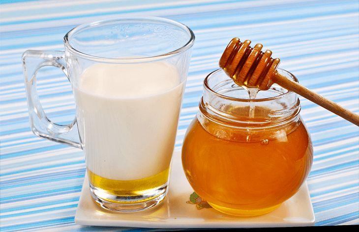 Chữa đau họng bằng mật ong với sữa tươi cũng là một trong những cách chữa đau họng khá hiệu quả