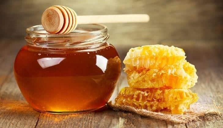 Hấp lá đu đủ với mật ong cũng là mẹo chữa viêm họng rất hiệu quả