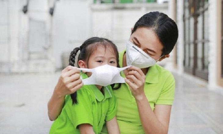 Đeo khẩu trang khi ra ngoài và nơi công cộng để tránh lây nhiễm viêm họng hạt