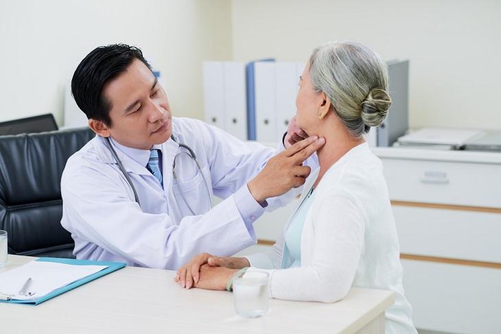 Thăm khám với bác sĩ trước khi quyết định có nên thực hiện đốt viêm họng hạt hay không