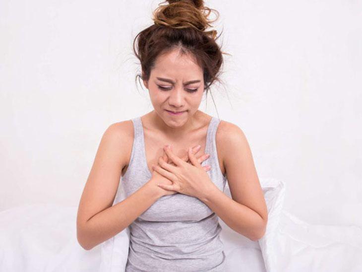 Kèm theo việc nhổ nước bọt có máu thì có khả năng bị đau tức ngực