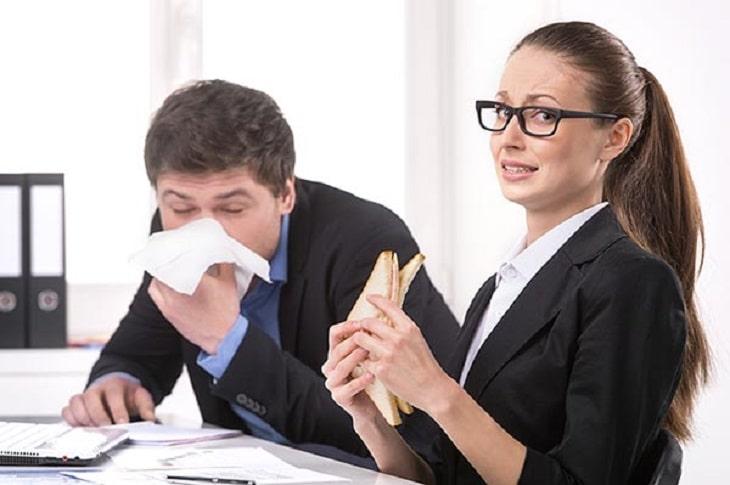 Tiếp xúc trực tiếp với nước bọt của người bị bệnh cũng có thể bị lây viêm họng hạt