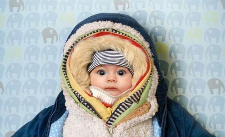 Giữ ấm cho trẻ trong mùa đông cũng là cách hiệu quả để ngăn chặn tình trạng sưng mí mắt trên