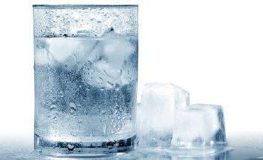 Uống nước đá không đảm bảo an toàn vệ sinh làm tăng nguy cơ nhiễm khuẩn
