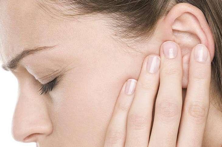 Viêm tai giữa cũng là một biến chứng thường gặp của viêm họng mãn tính