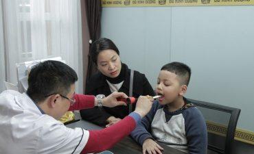Mẹ con chị Hiền khám chữa bệnh viêm họng tại nhà thuốc Đỗ Minh Đường