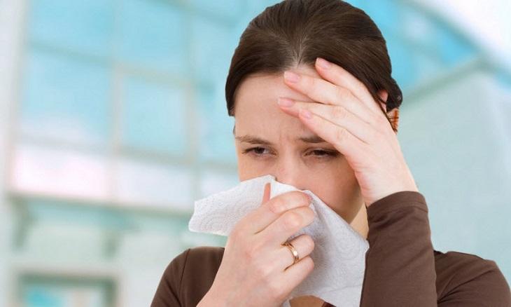 Chảy nước mũi hoặc nghẹt mũi là triệu chứng thường gặp khi mắc bệnh lý này