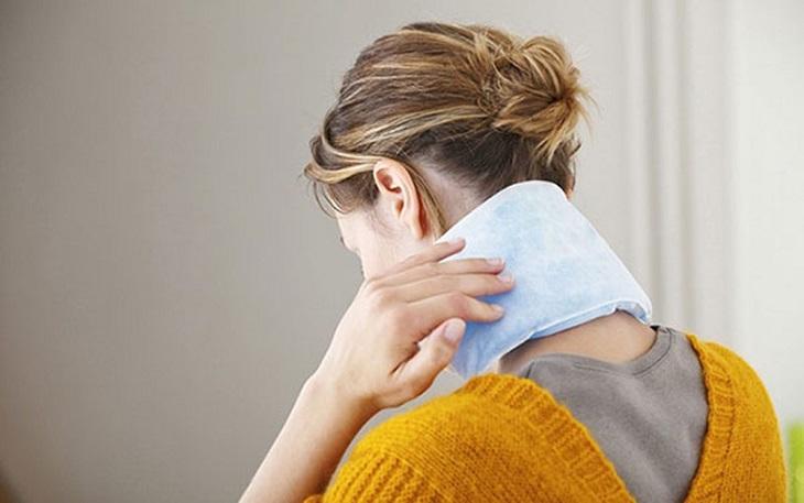 Chườm túi ấm mỗi ngày có tác dụng giảm nhanh cơn đau sau gáy do nhiễm trùng xoang gây ra