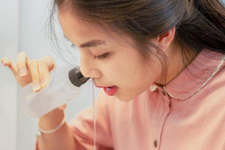 Rửa mũi bằng nước muối sinh lý giúp cải thiện viêm xoang đau sau gáy