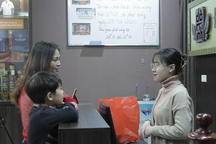 Chị Hà và cháu Hiếu tái khám và lấy tiếp liệu trình sử dụng thuốc