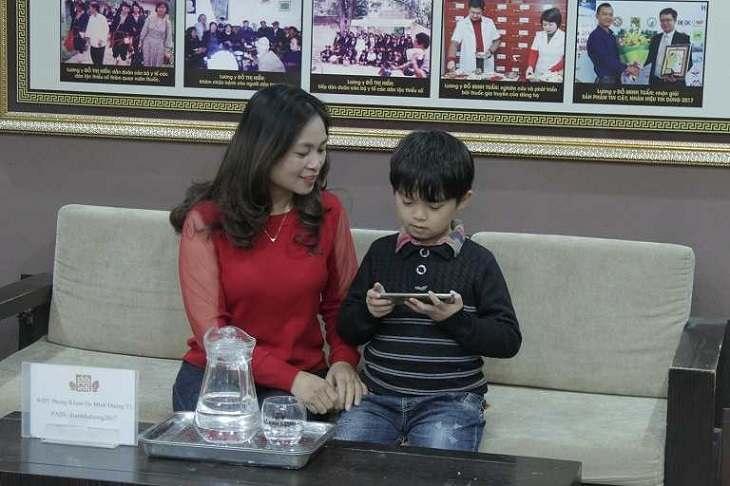 Mẹ con chị Hà thăm khám bệnh viêm amidan tại Đỗ Minh Đường