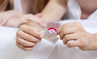 Dùng bao cao su khi bị viêm lộ tuyến có nên không?